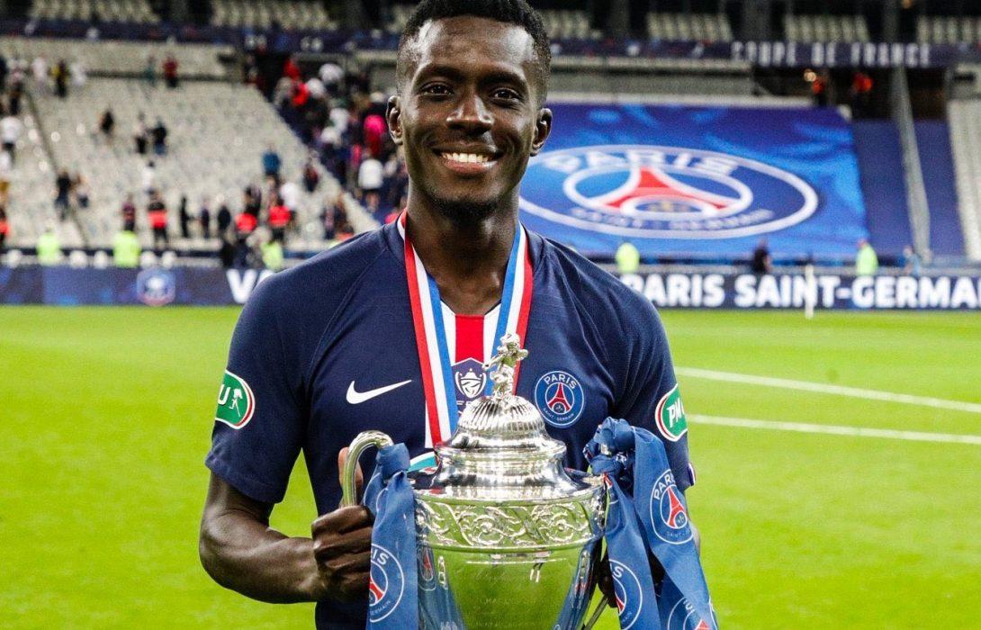 Idrissa Gana Guèye, les trophée et les billets de banque à Paris