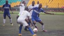 Incursion du FC Nathalys (en bleu) dans le camp du RCB