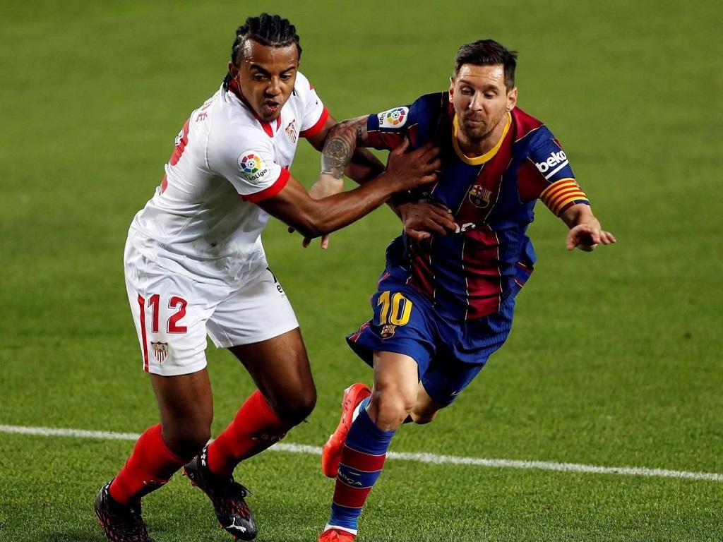 Jules Kounde aux prises avec Lionnel Messi