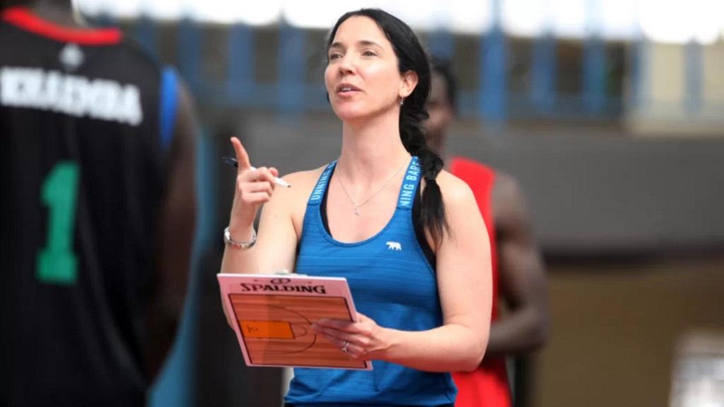 L'Australienne Liz Mills, seule femme coach d'une sélection masculine africaine.