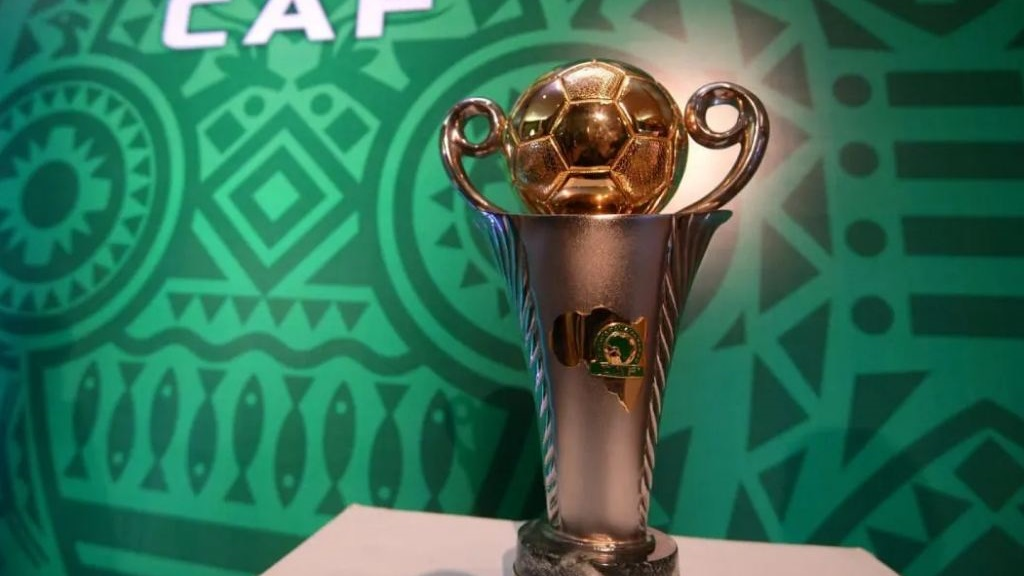 Le trophée de la Coupe de la CAF.