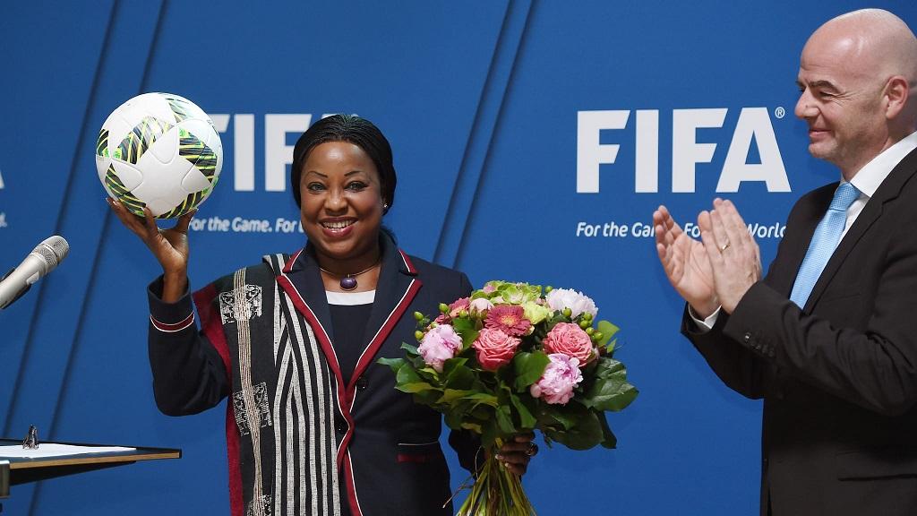 Fatma Samoura en compagnie du président de la FIFA, Gianni Infantino.