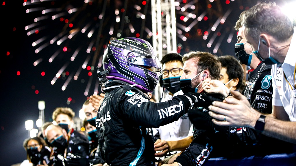 Lewis Hamilton félicité par l'équipe Mercedes après son succès à Bahreïn.