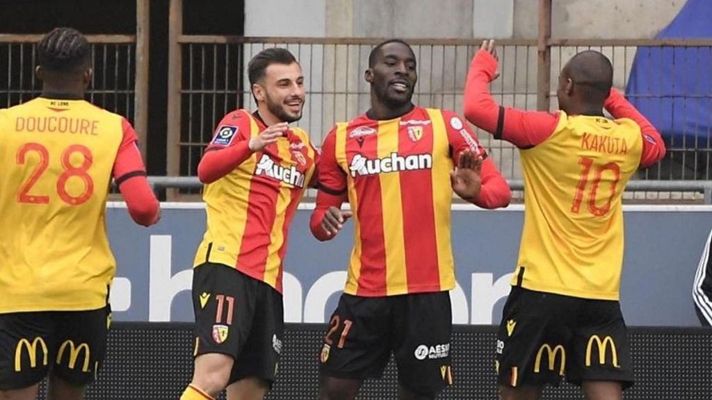 Massadio Haïdara félicité par Gaël Kakuta pour l'ouverture du score lensoise à Strasbourg (1-2).