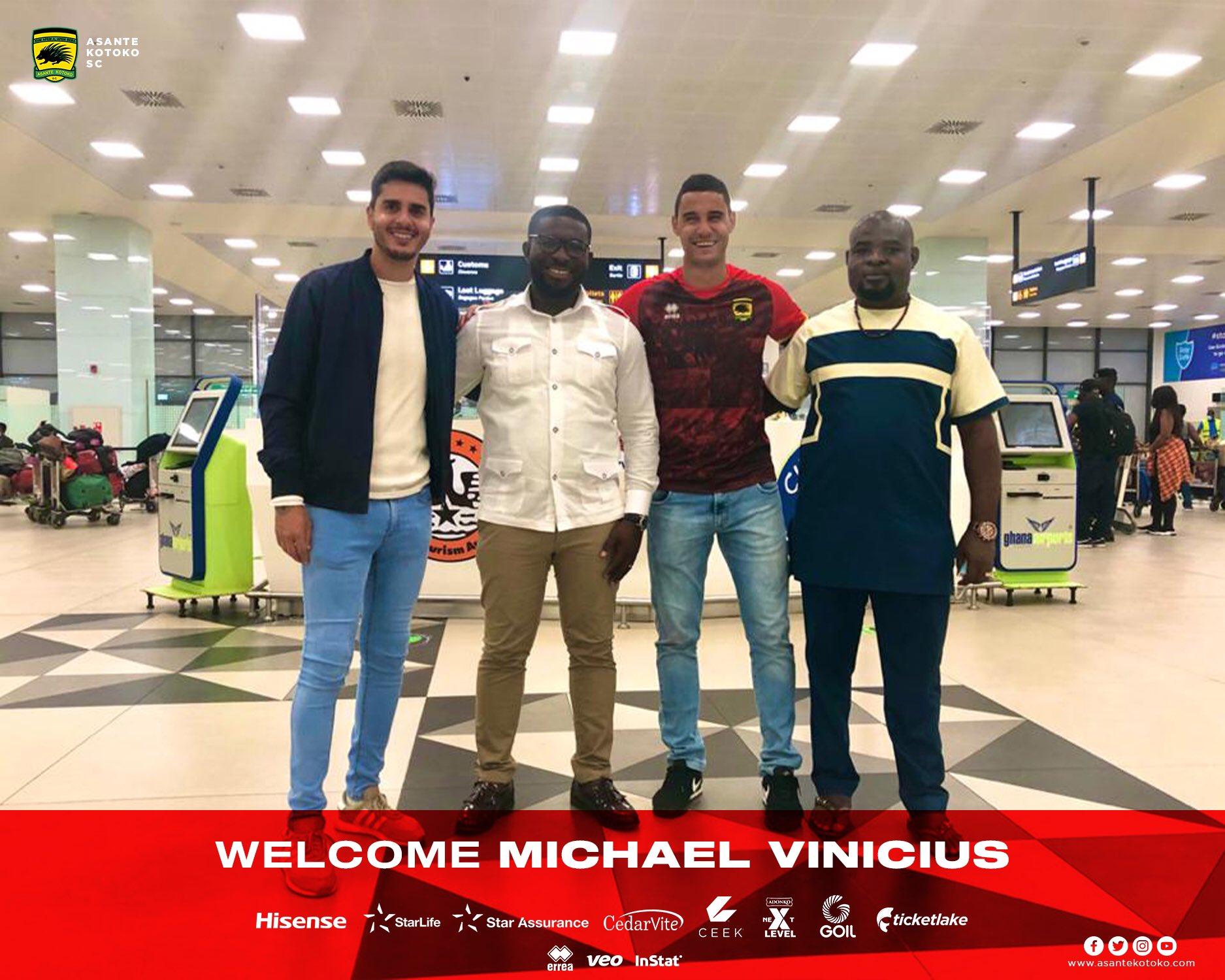 Michael Vinicius accueilli par les dirigeants d'Asante Kotoko