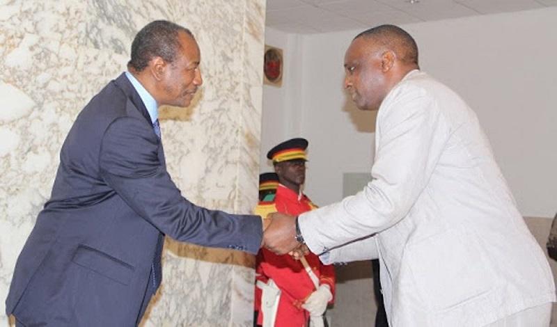 Antonio Souaré, président de la Feguifoot avec Alpha Condé