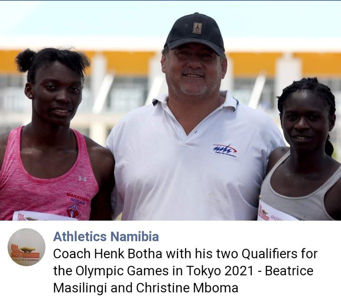 Christine Mboma (en rose) avec son coach et Beatrice MASILINGI