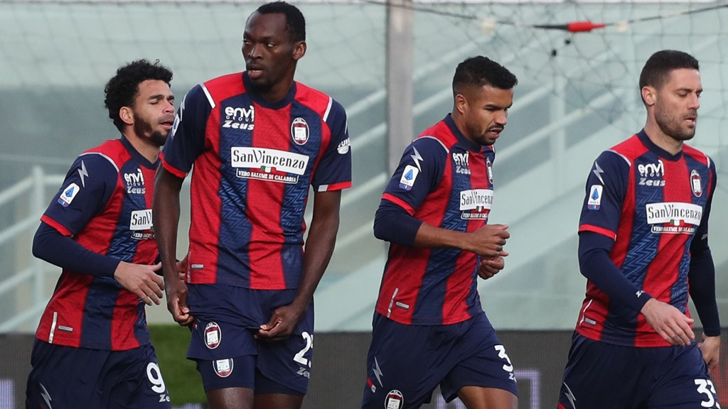 CROTONE, ITALY - JANUARY 17: Nwankwo Simy of Crotone celebrates his team's opening goal during the Serie A match between FC Crotone and Benevento Calcio at Stadio Comunale Ezio Scida on January 17, 2021 in Crotone, Italy. (Photo by Maurizio Lagana/Getty Images)