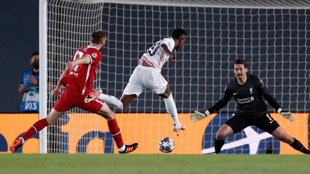 Vinicius Junior crucifie son compatriote Alisson Becker pour l'ouverture du score.