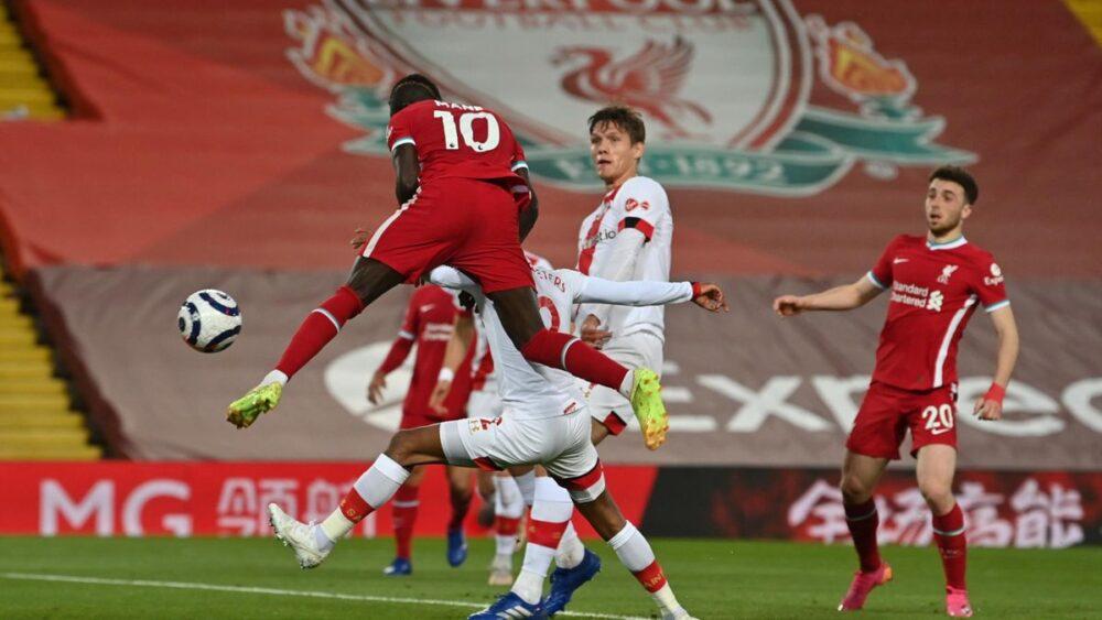 Sadio Mané saute plus haut que la défense de Southampton pour l'ouverture du score de la victoire (2-0), ce samedi 8 mai.