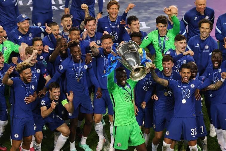 Au milieu de ses coéquipiers, Mendy brandit le trophée de la Ligue des champions.