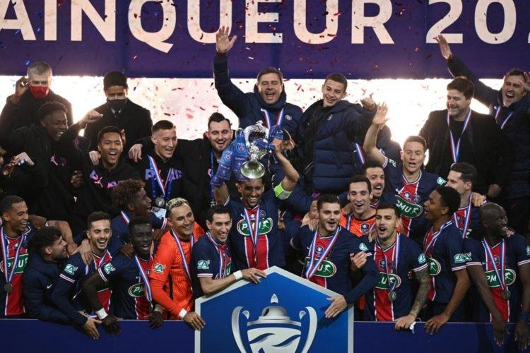 Le Sénégalais Idrissa Gana Gueye et le PSG soulèvent la Coupe de France pour la quartorzième