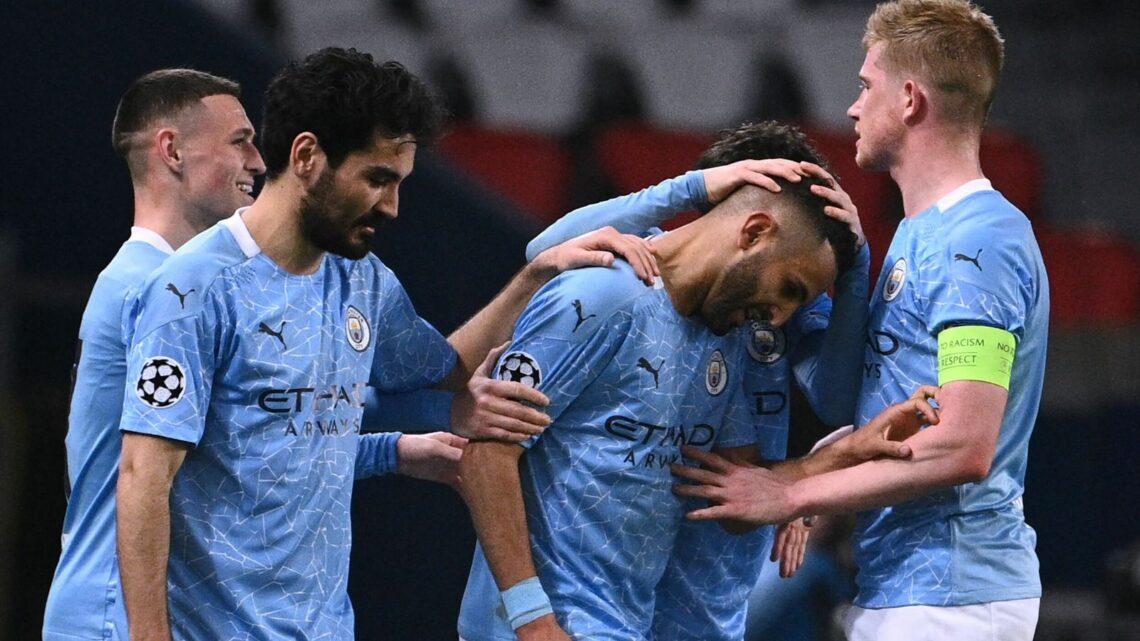 Mahrez félicité par ses coéquipiers.