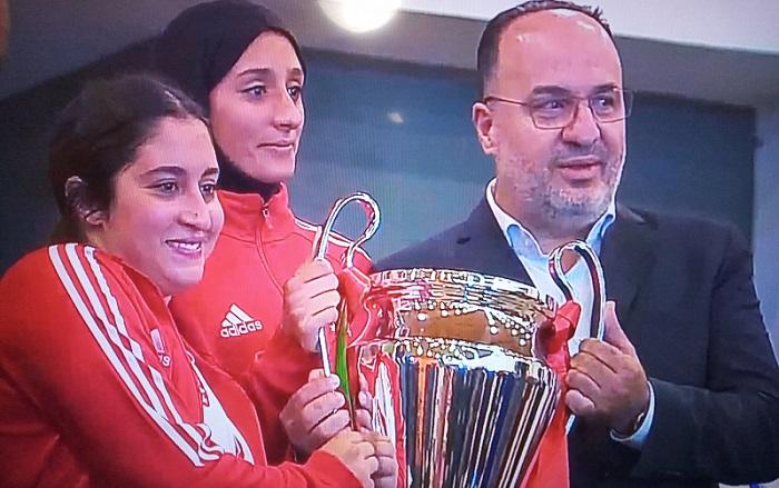 Les joueuses de Marrakech recevant le trophée de champion du Maroc Dames.