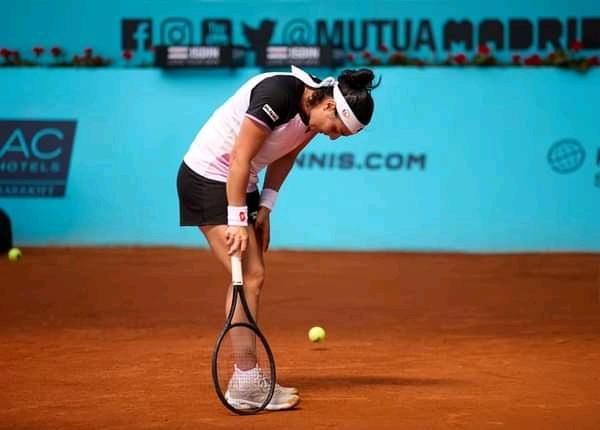Ons Jabeur vaincue par la douleur sur la terre battue des Masters de Madrid.