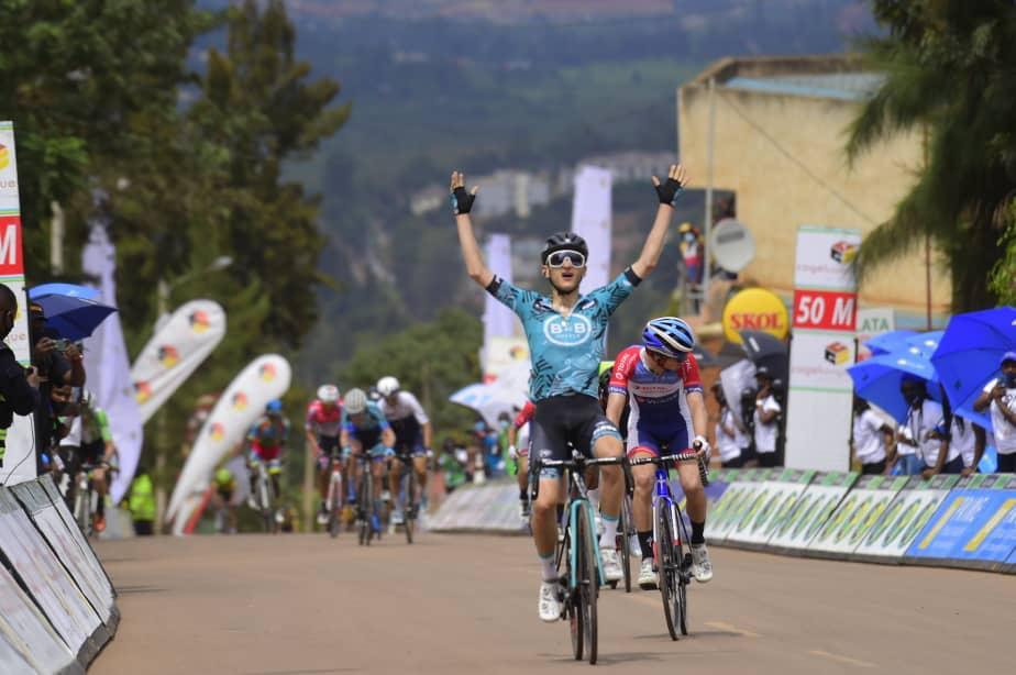 Alan Boileau franchissant la ligne d'arrivée de la 5e étape du Tour du Rwanda.