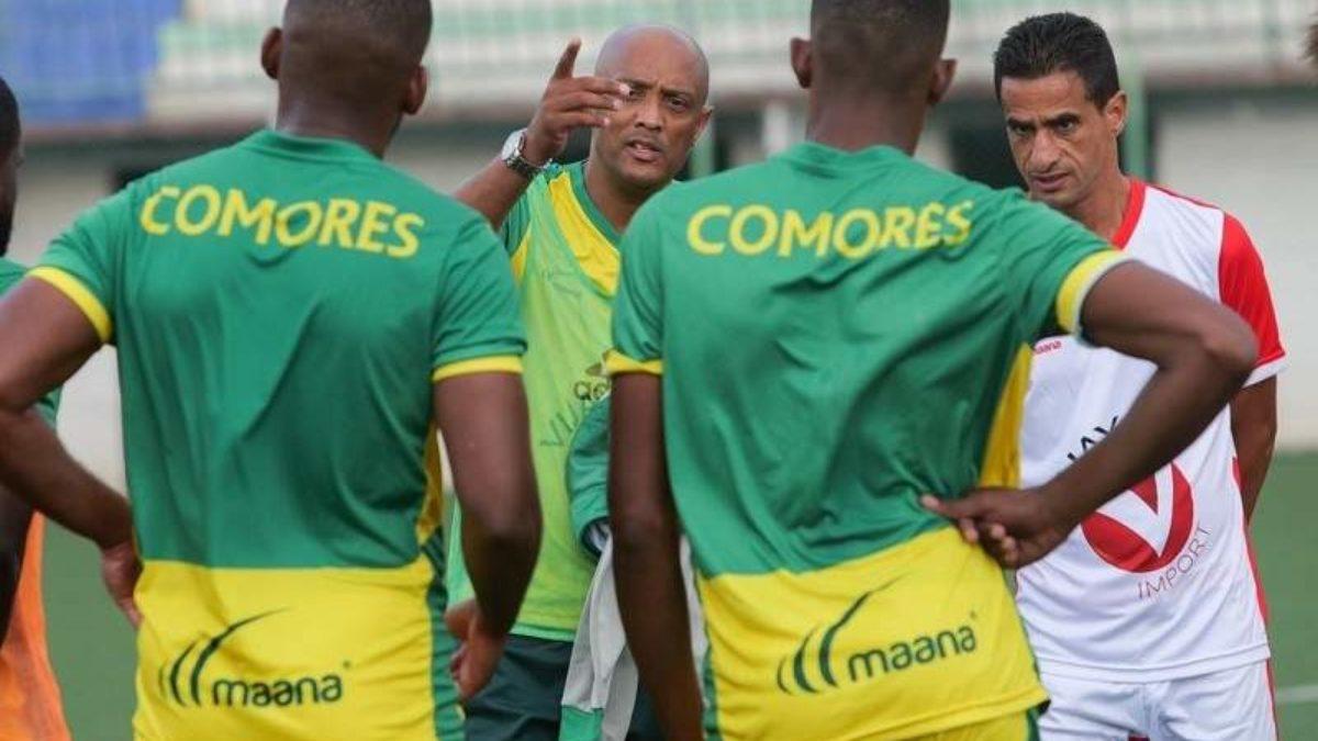 Les joueurs de la sélection comorienne écoutant leur coach.