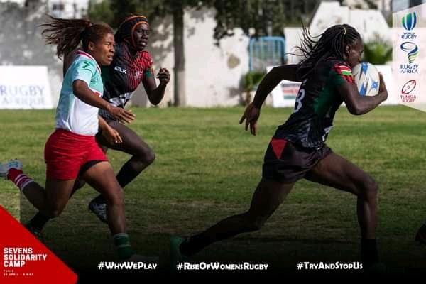 Une Kényane doublant une Malgache. Entre les deux équipes, l'écart est abyssal. Score final : 22-0.