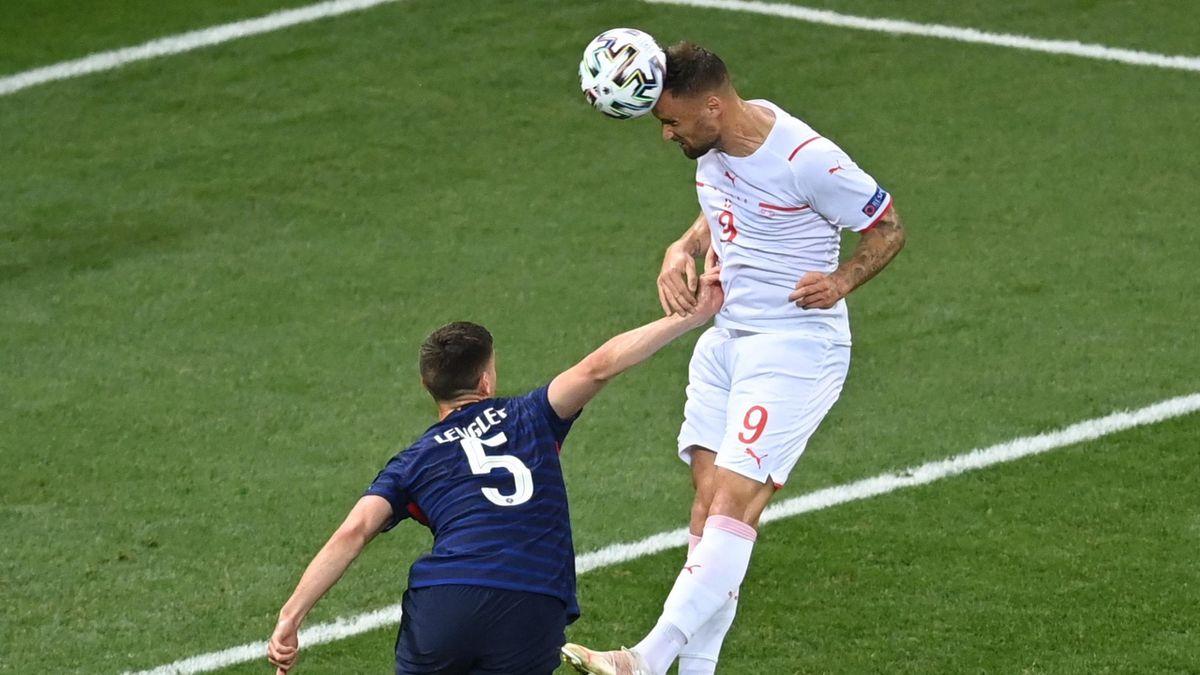 Heferovic marquant le premier de la tête contre la France en huitième de finale