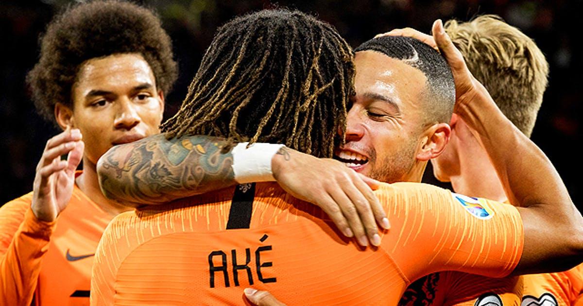 Les Hollandais d'origine africaine Aké et Depay (de face) peuvent se qualifier en huitièmes dès ce jeudi 17 juin.