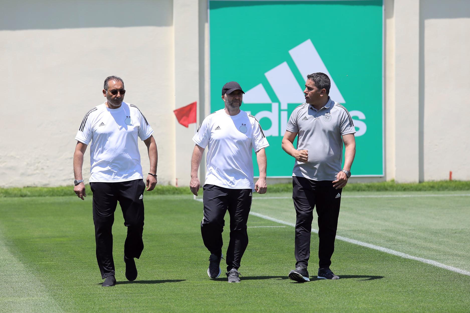 Le sélectionneur de l'Algérie, Belmadi (au centre), suit avec attention des footballeurs locaux.