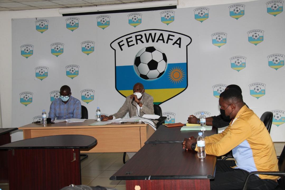 Les membres de la Commission électorale pour le choix du futur patron du football rwandais.