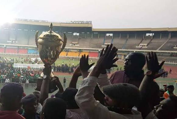Les joueurs de l'AS Miniema Union brandissant la Coupe du Congo 2018-2019.