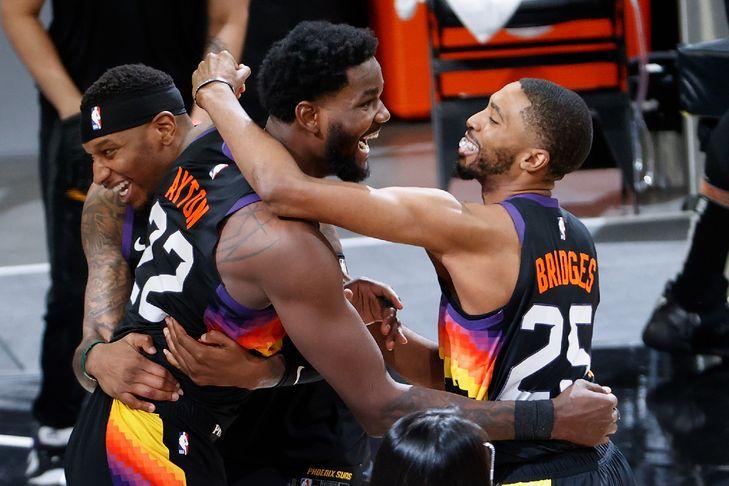 Deandre-Ayton-Phoenix-Suns-felicite-coequipiers-Torrey-Craig-Mikal-Bridges-victorieuxdu-match-2-finale-conference-Ouest-NBA-contre-LA-Clippers-mardi-22-Phoenix_0.jpg