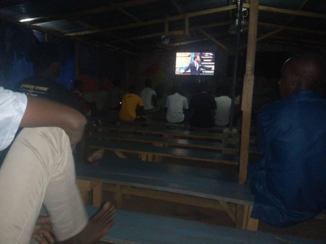 Dans le vidéoclub de Bah Boubacar, tous les parieurs sont concentrés sur Angleterre-République tchèque.
