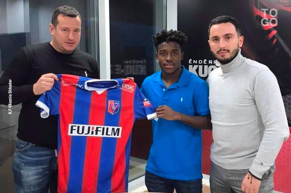 Le Togolais Elom Nya-Vedji (en polo bleu) à son arrivée dans le club albanais de Vllaznia Shkodër.