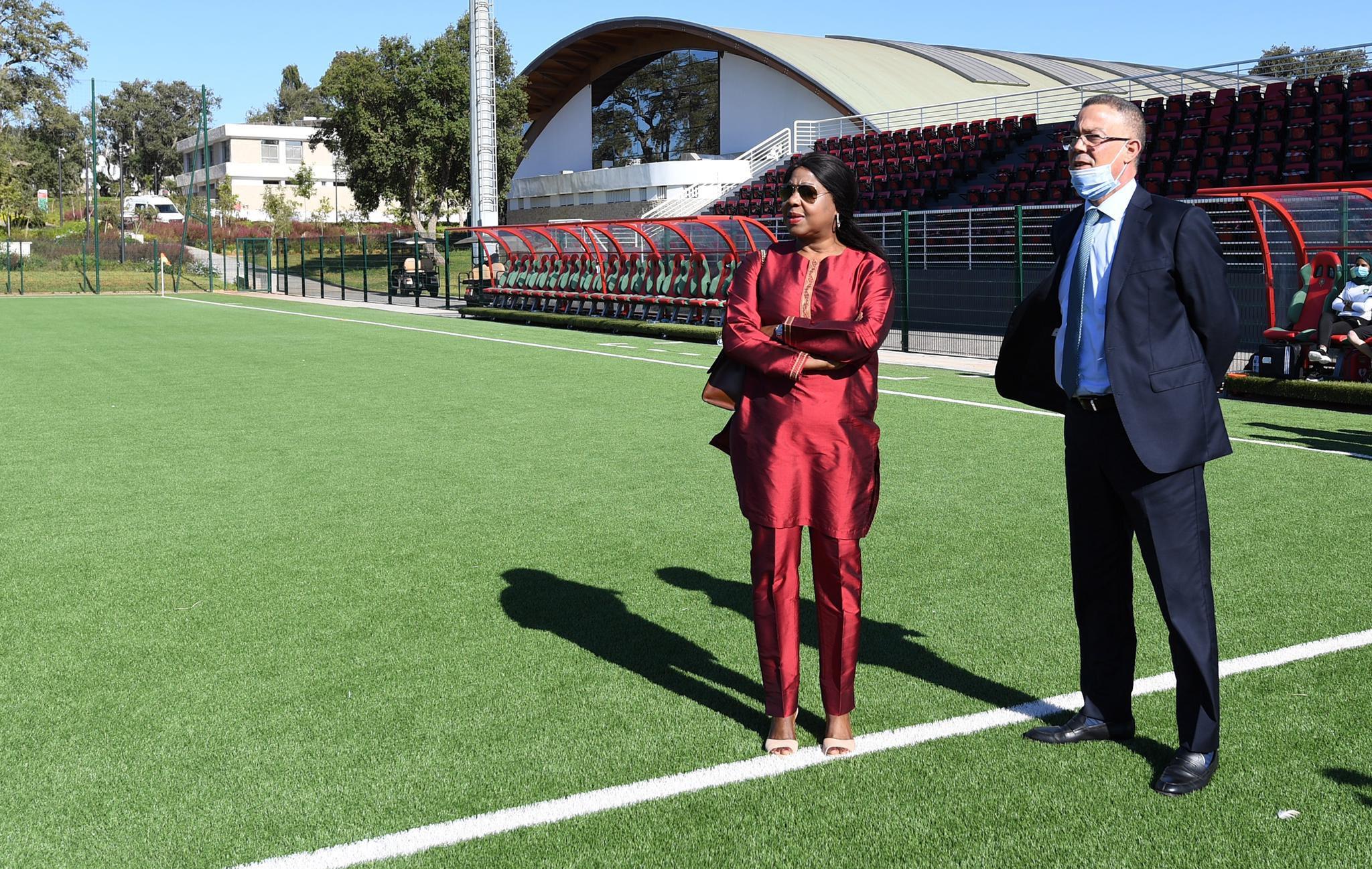 Fatouma Samoura en compagnie du président de la fédération marocaine, Faouzi Lekjaâ, au complexe Mohammed VI de football.