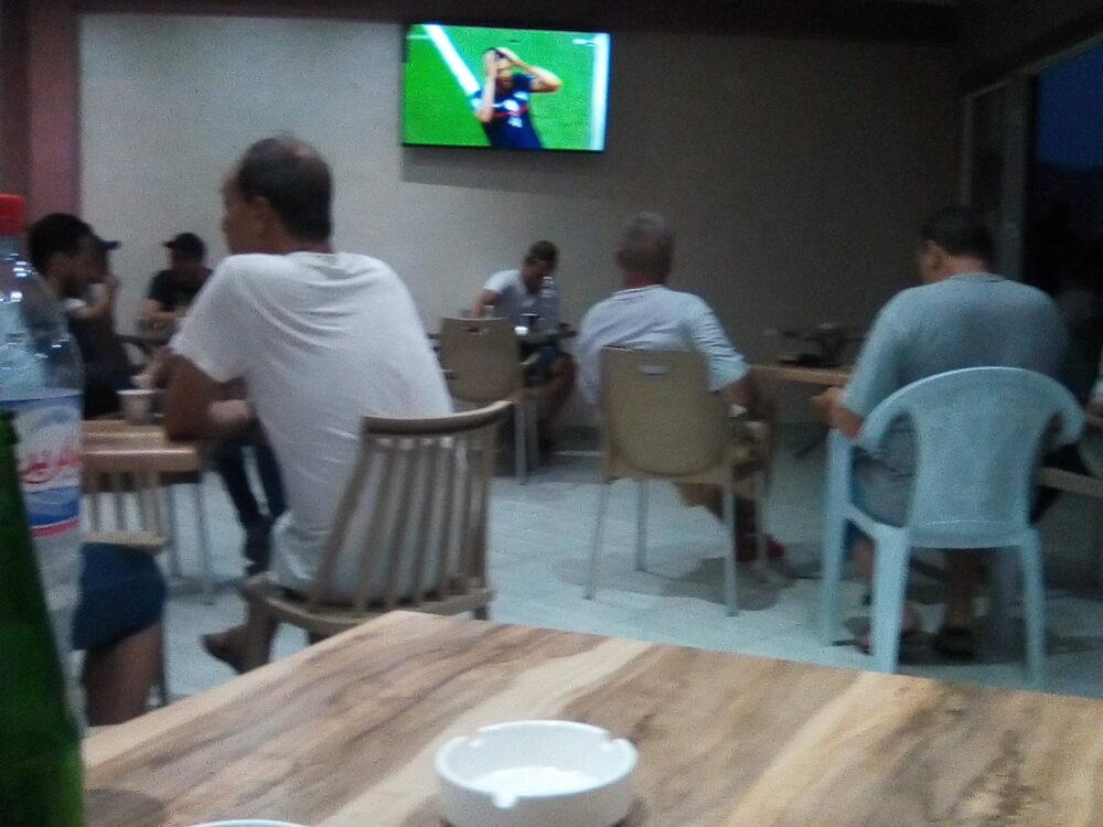 France Suisse dans un café à Tunis -Bleus