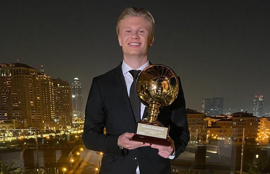 Erling Haaland avec le trophée du Golden Boy 2021.