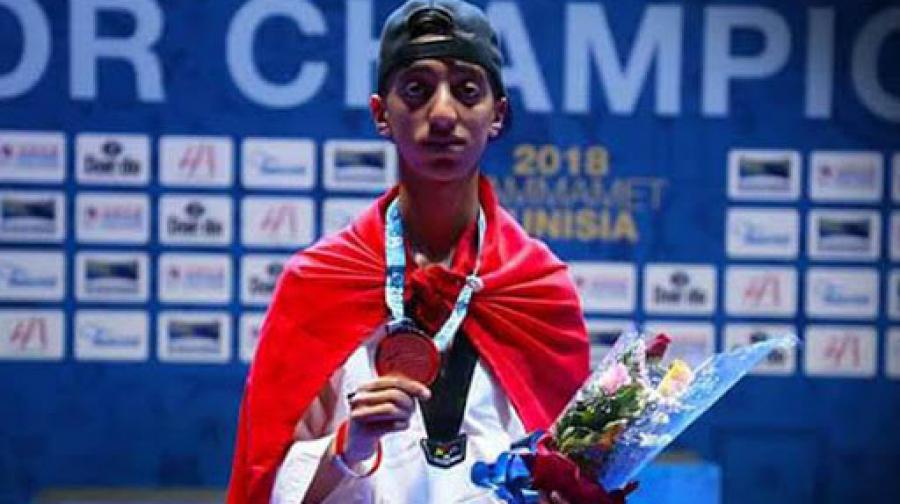 Le Tunisien Khalil Jendoubi posant avec sa médaille d'or.