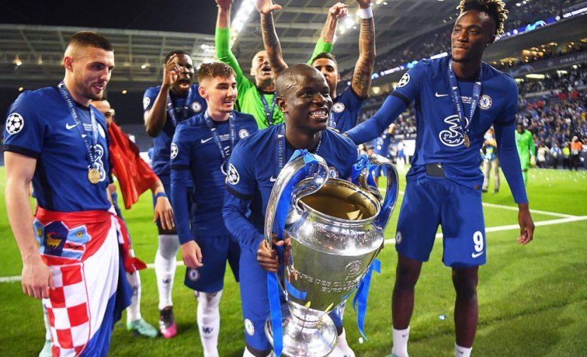 Ngolo Kanté avec le trophée de la Ligue des champions remporté avec Chelsea.