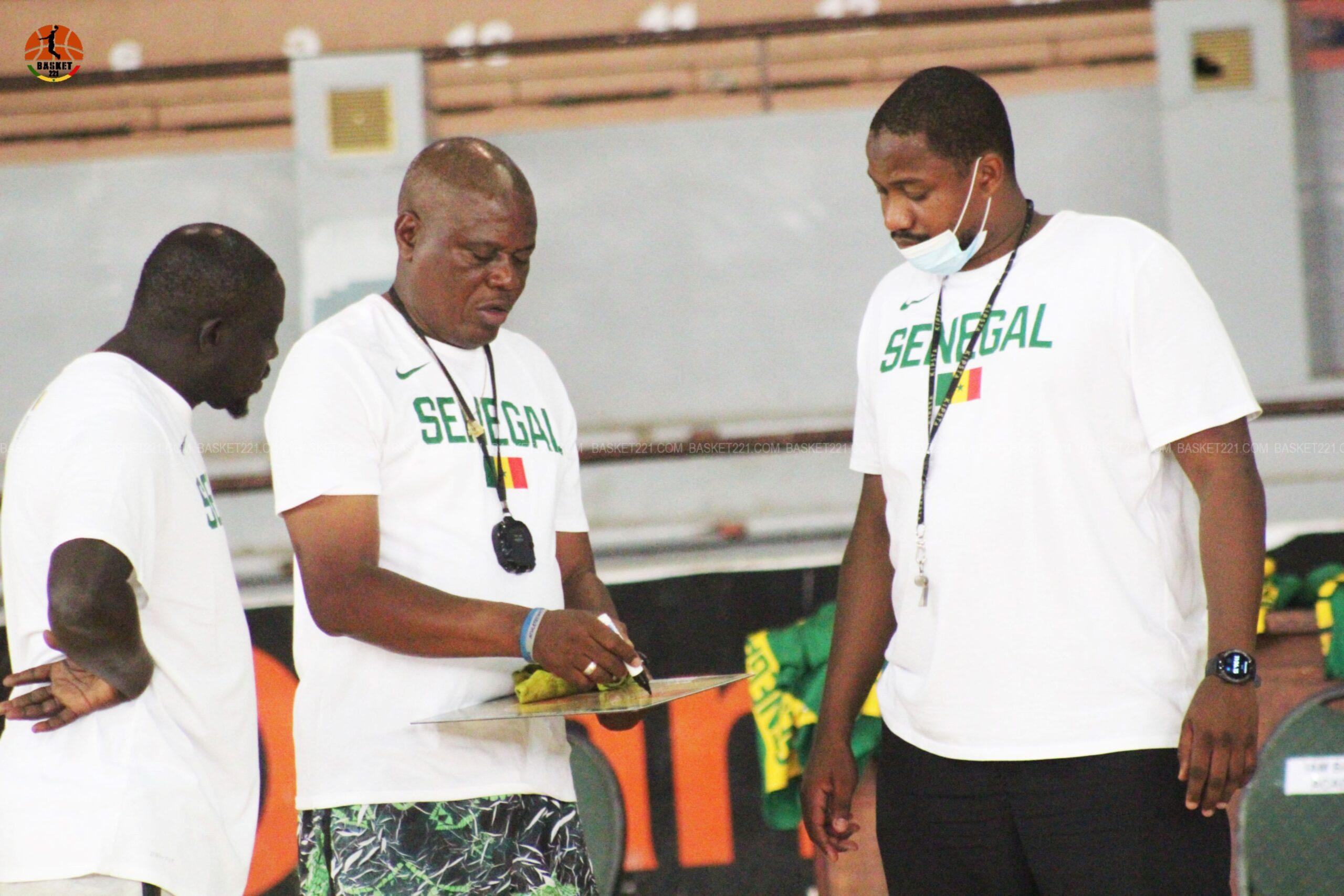 Le coach des U19 Garçons sénégalais, Sir Parfait Adjuvon (centre), entouré de ses adjoints.