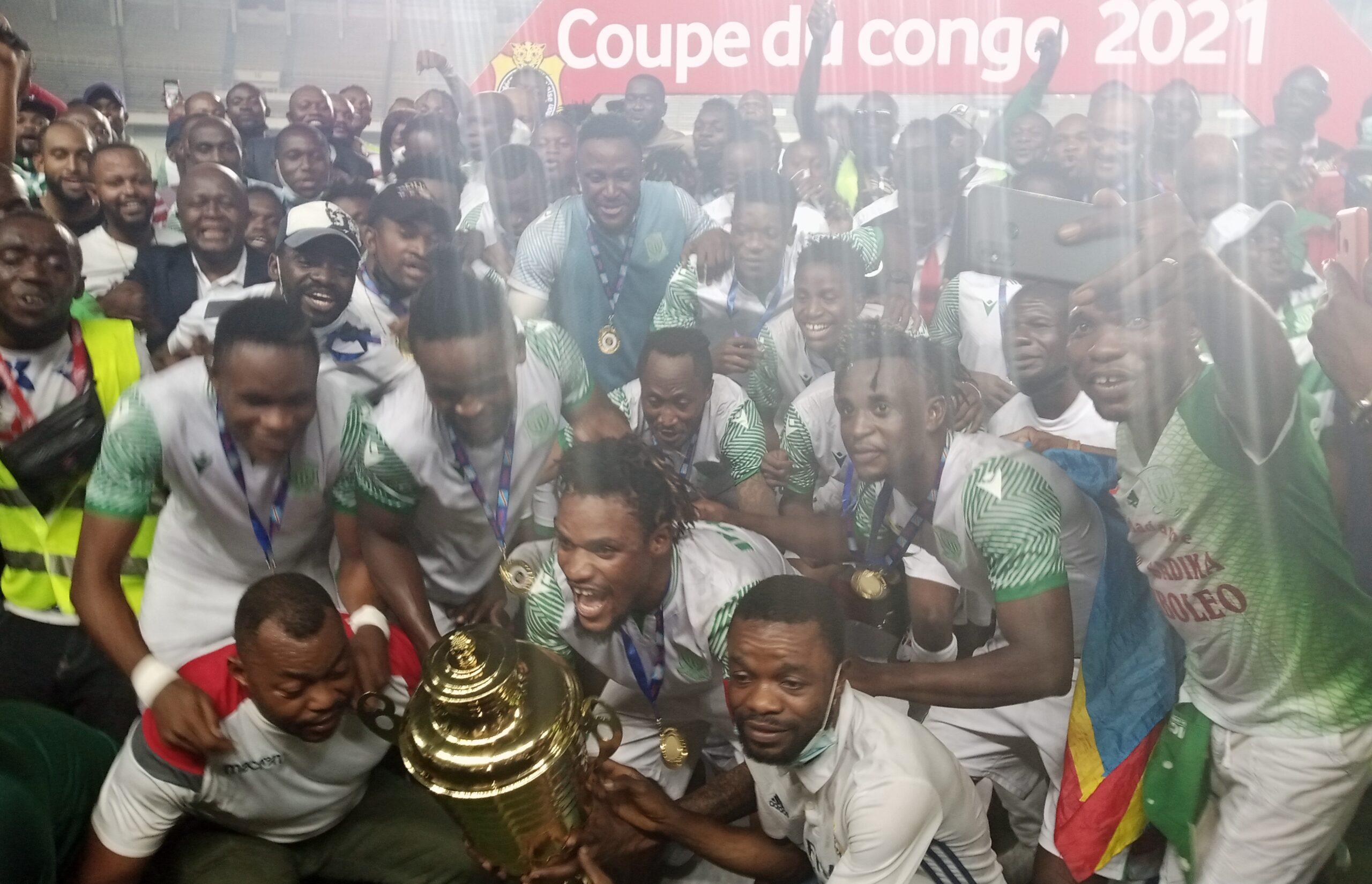 Les joueurs de DCMP posant avec la Coupe de la RD Congo.