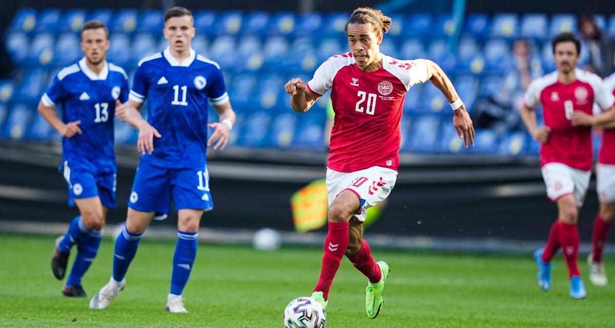 Un match dans le match Danemark-Finlande : l'attaquant danois d'origine tanzanienne Yussuf Poulsen (balle au pied) va croiser sur sa route le milieu finlandais d'origine namibienne Pyry Soiri.