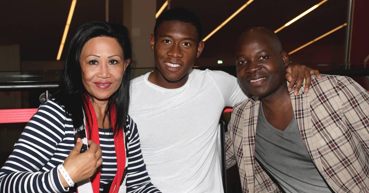 David Alaba (milieu) en compagnie de ses parents, sa mère Gina et son père Georges.