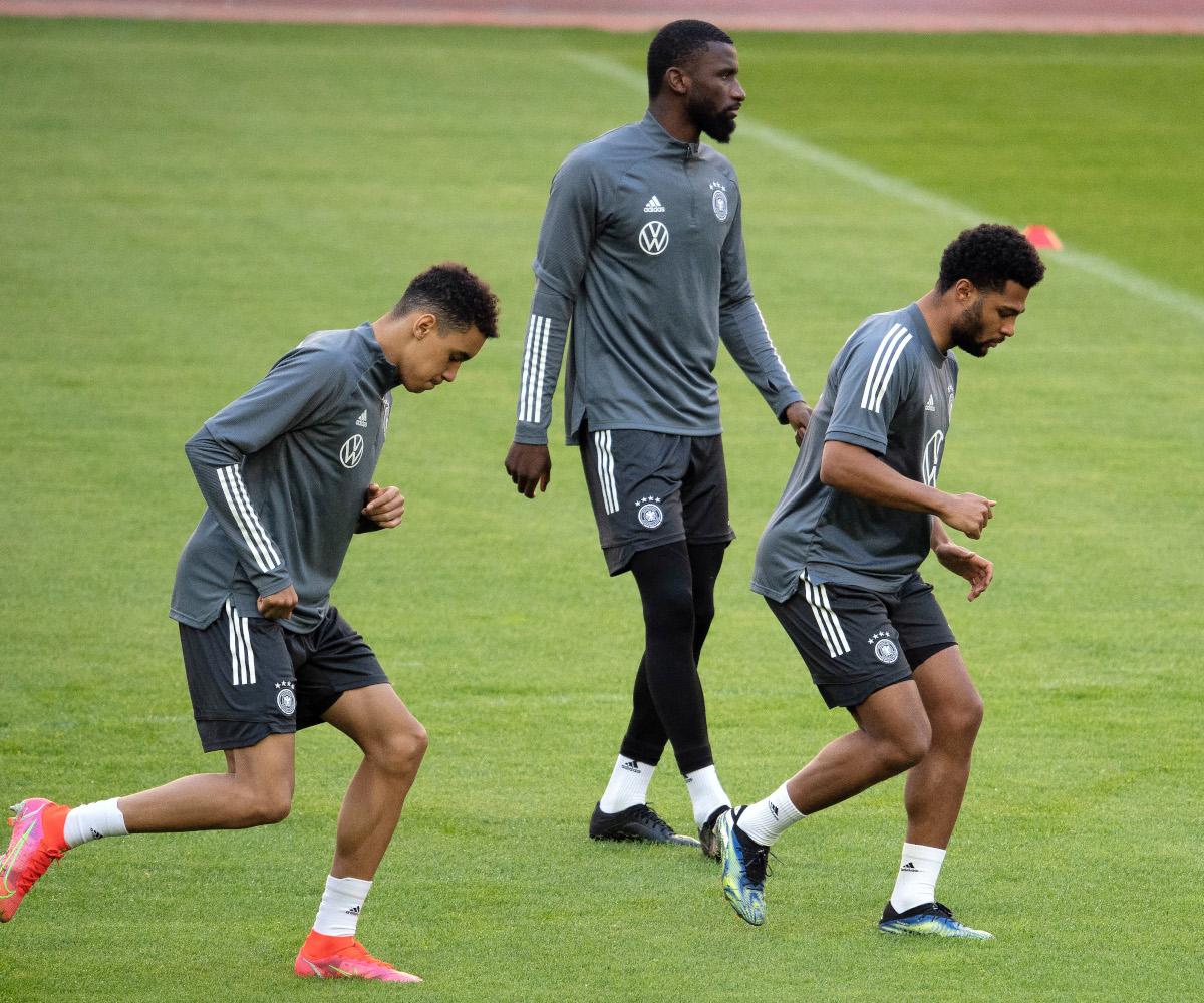 Rüdiger (centre) et Musiala (chaussures roses) à l'entraînement avec la Mannschaft.