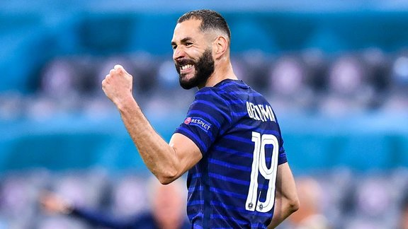 Karim Benzema fixe l'avenir avec les Bleus.