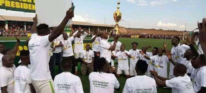 Les joueurs de Bumamuru brandissent le trophée de la Coupe du chef de l'Etat burundais.
