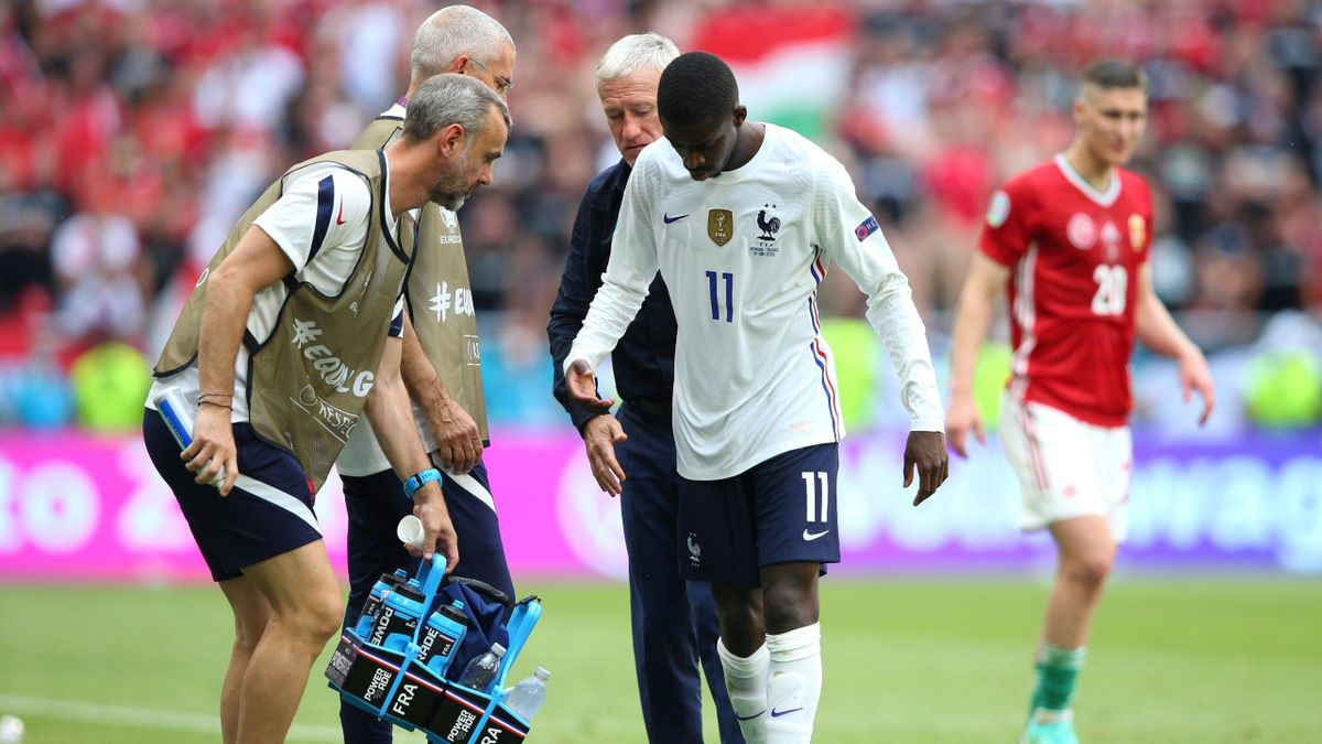 Ousmane Dembélé quittant la pelouse de Hongrie-France (1-1) après sa blessure.