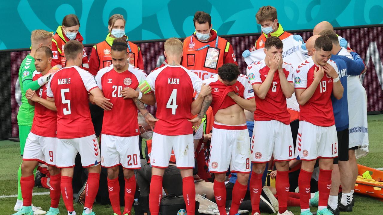 Les joueurs danois autour d'Eriksen après son accident cardiaque. Le milieu de l'Inter s'est relevé et leur a rendu visite.