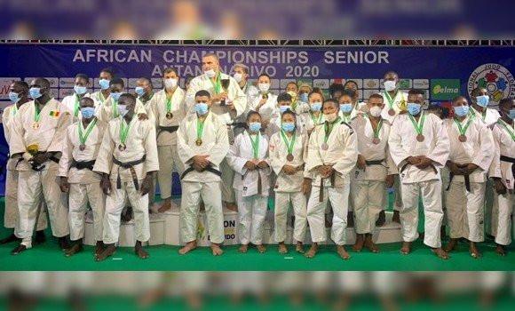 Les médaillés des récents championnats d'Afrique de Dakar posant avec leurs trophées. Aucun n'a brillé pour l'instant aux Mondiaux de Budapest.