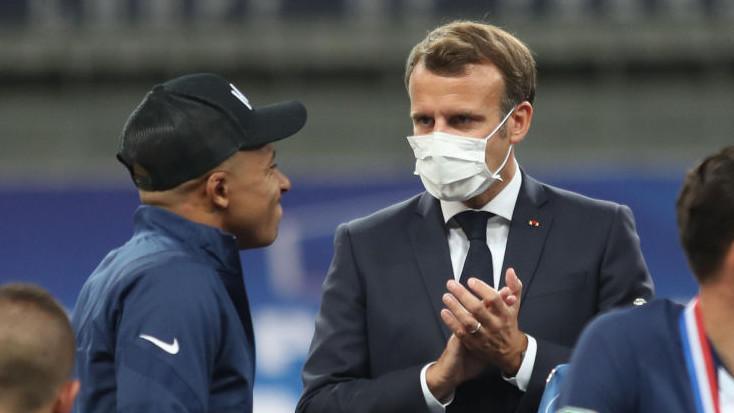 Mbappé (à gauche) a accepté les excuses de Macron après une blague sur son avenir.