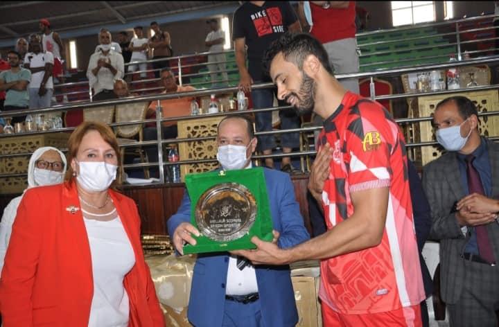 Le CODM de Meknès reçoit le trophée de champion du Maroc.