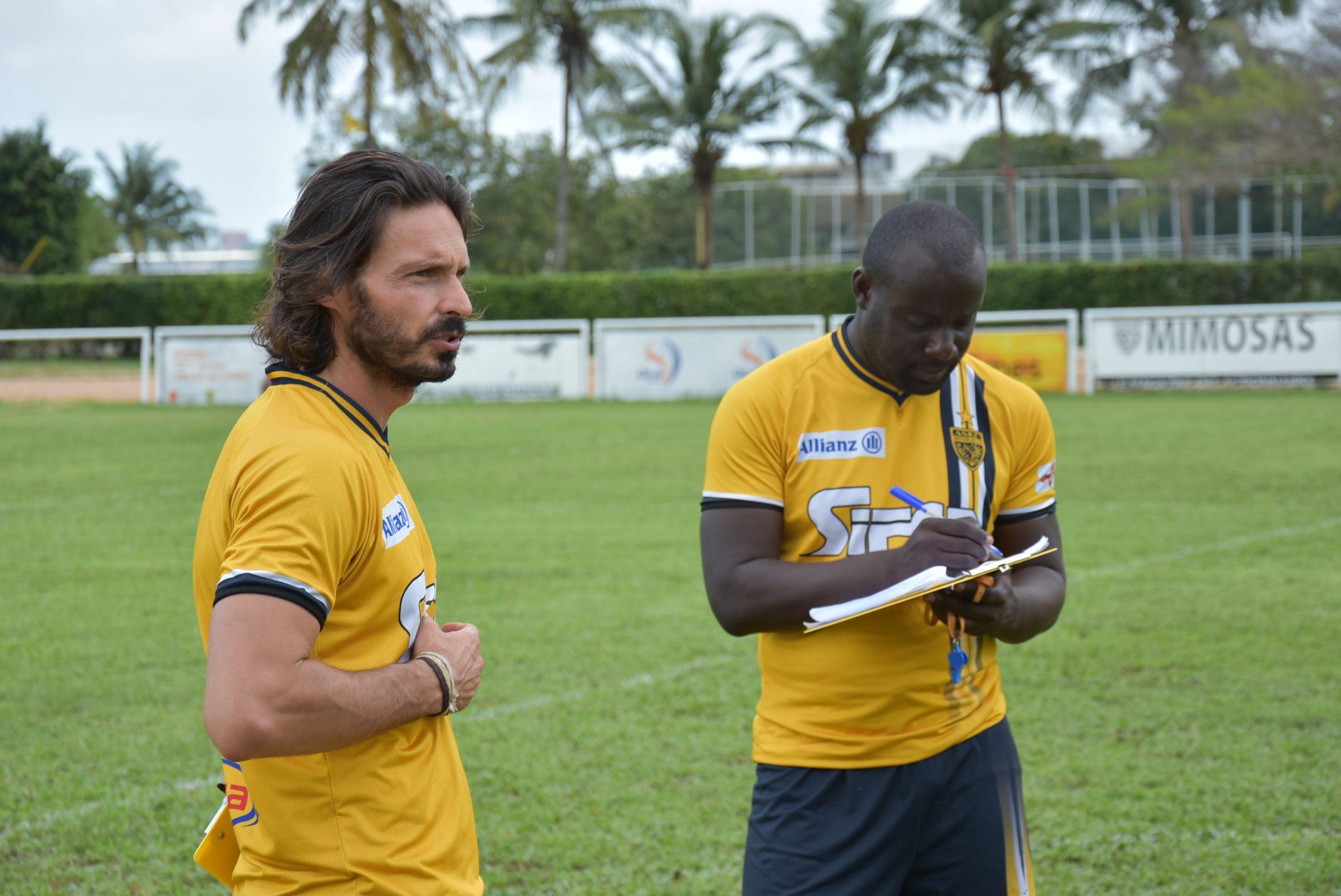 Julien Chevalier (gauche), coach de l'Asec, salue l'état d'esprit de ses joueurs durant la saison 2020-2021.