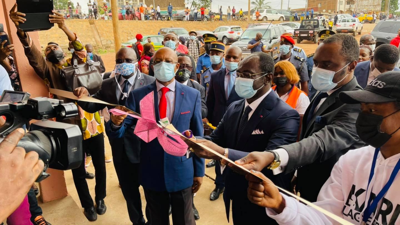 La coupure du ruban par le ministre camerounais des Sports.
