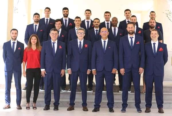 Les joueurs de la sélection tunisienne de volley en compagnie de leur staff (au premier rang) et du président de la fédération (3e à partir de la droite).